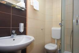 Ванная комната. Черногория, Будва : Стандартный номер с балконом