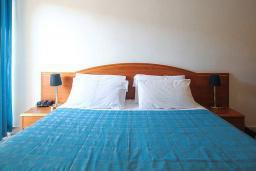 Спальня. Черногория, Будва : Стандартный номер с балконом