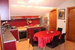Кухня. Черногория, Будва : Люкс апартамент с 1 спальней