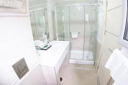 Ванная комната. Черногория, Петровац : Улучшенный номер