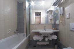 Ванная комната. Черногория, Пржно / Милочер : Одноместный номер с видом на парк