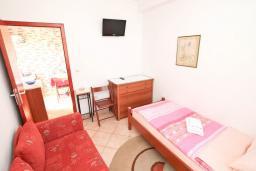 Спальня. Черногория, Игало : Апартамент для 4 человек, с двумя спальнями, с балконом с видом на море, рядом с Institute Dr.Simo Miloshevich