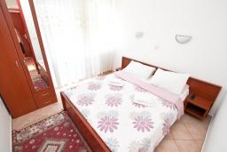 Спальня 2. Черногория, Игало : Апартамент для 4 человек, с двумя спальнями, с балконом с видом на море, рядом с Institute Dr.Simo Miloshevich