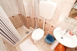 Ванная комната. Черногория, Игало : Апартамент для 4 человек, с двумя спальнями, с балконом с видом на море, рядом с Institute Dr.Simo Miloshevich
