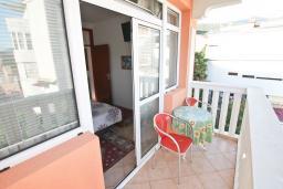 Балкон 2. Черногория, Игало : Апартамент для 4 человек, с двумя спальнями, с балконом с видом на море, рядом с Institute Dr.Simo Miloshevich