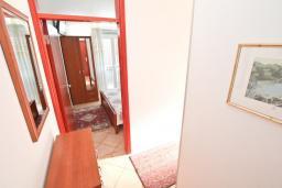 Коридор. Черногория, Игало : Апартамент для 4 человек, с двумя спальнями, с балконом с видом на море, рядом с Institute Dr.Simo Miloshevich