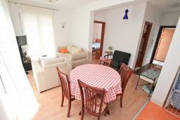 Гостиная. Черногория, Прчань : Апартамент с отдельной спальней, с террасой, 100 метров до моря