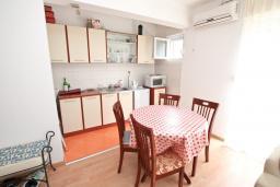 Кухня. Черногория, Прчань : Апартамент с отдельной спальней, с террасой, 100 метров до моря