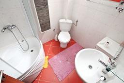 Ванная комната. Черногория, Прчань : Апартамент с отдельной спальней, с террасой, 100 метров до моря