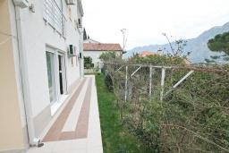 Терраса. Черногория, Прчань : Апартамент с отдельной спальней, с террасой, 100 метров до моря