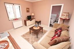Гостиная. Черногория, Доброта : Апартамент с отдельной спальней, с террасой с видом на море, 100 метров до пляжа