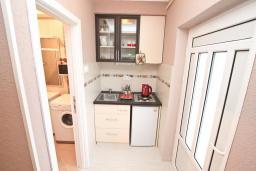 Кухня. Черногория, Доброта : Апартамент с отдельной спальней, с террасой с видом на море, 100 метров до пляжа