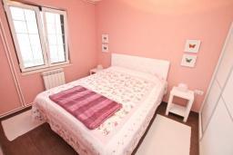 Спальня. Черногория, Доброта : Апартамент с отдельной спальней, с террасой с видом на море, 100 метров до пляжа