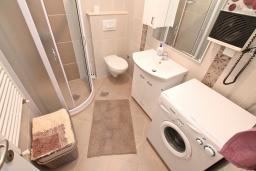 Ванная комната. Черногория, Доброта : Апартамент с отдельной спальней, с террасой с видом на море, 100 метров до пляжа