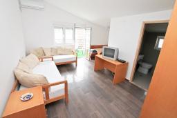 Гостиная. Черногория, Герцег-Нови : Апартамент с отдельной спальней, с 2-мя ванными комнатами, с балконом с видом на море, 20 метров до пляжа