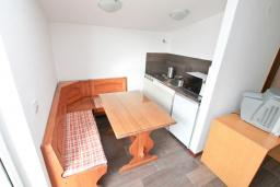 Кухня. Черногория, Герцег-Нови : Апартамент с отдельной спальней, с 2-мя ванными комнатами, с балконом с видом на море, 20 метров до пляжа