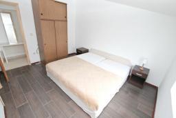 Спальня. Черногория, Герцег-Нови : Апартамент с отдельной спальней, с 2-мя ванными комнатами, с балконом с видом на море, 20 метров до пляжа
