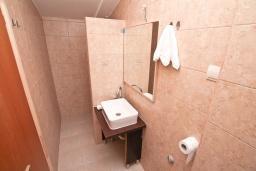 Ванная комната. Черногория, Герцег-Нови : Апартамент с отдельной спальней, с 2-мя ванными комнатами, с балконом с видом на море, 20 метров до пляжа
