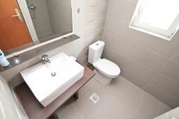 Ванная комната 2. Черногория, Герцег-Нови : Апартамент с отдельной спальней, с 2-мя ванными комнатами, с балконом с видом на море, 20 метров до пляжа