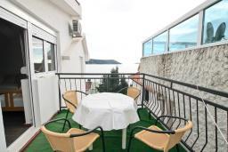 Балкон. Черногория, Герцег-Нови : Апартамент с отдельной спальней, с 2-мя ванными комнатами, с балконом с видом на море, 20 метров до пляжа