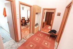 Коридор. Черногория, Котор : Апартамент для 4 человек, с 2-мя отдельными спальнями