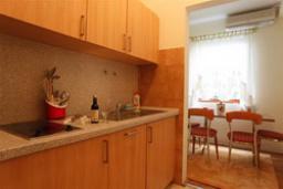 Кухня. Черногория, Будва : Апартамент с отдельной спальней (APP 02+2 BOJANA)