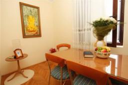 Обеденная зона. Черногория, Будва : Апартамент с отдельной спальней (APP 02+2 BOJANA)