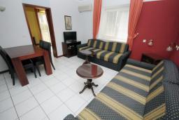 Гостиная. Черногория, Будва : Апартамент с отдельной спальней и террасой (B3 App 03+1)
