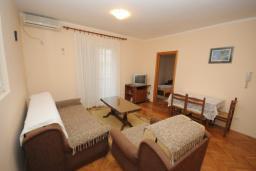 Гостиная. Черногория, Будва : Апартамент с отдельной спальней в корпусе B (№7 APP 02+1)