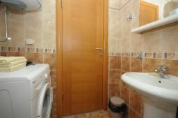 Ванная комната. Черногория, Будва : Апартамент с отдельной спальней в корпусе B (№7 APP 02+1)
