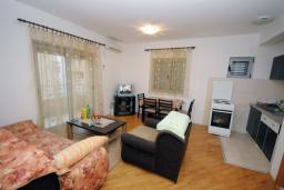 Гостиная. Черногория, Будва : Апартамент с отдельной спальней в корпусе А (№4 APP 02+1)