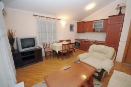 Гостиная. Черногория, Будва : Апартамент с отдельной спальней в корпусе А (№8 APP 02+1)