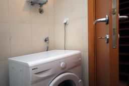 Ванная комната. Черногория, Будва : Апартамент с отдельной спальней в корпусе А (№8 APP 02+1)
