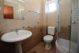 Ванная комната. Черногория, Будва : Двухместный номер (№35 DBL)