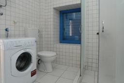 Ванная комната. Черногория, Петровац : Апартамент с отдельной спальней и видом на море (№2 APP 02+2/SV)