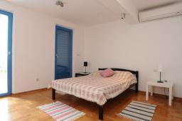 Спальня. Черногория, Петровац : Апартамент с отдельной спальней и видом на море (№2 APP 02+2/SV)