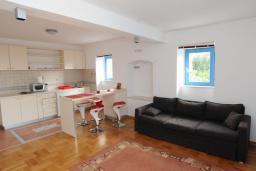 Гостиная. Черногория, Петровац : Апартамент с отдельной спальней и видом на море (№2 APP 02+2/SV)