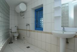 Ванная комната. Черногория, Петровац : Апартамент с отдельной спальней и видом на море (№ 4 APP 03/SV)