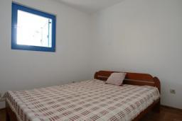 Спальня. Черногория, Петровац : Апартамент с отдельной спальней и видом на сад (№3 APP 03/PV)
