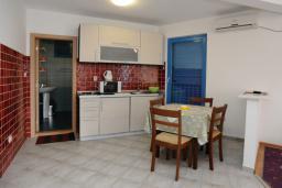 Кухня. Черногория, Петровац : Апартамент с отдельной спальней и видом на море (№6 APP 03/SV)