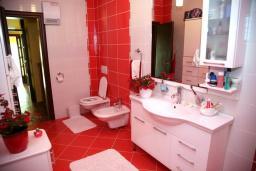 Ванная комната. Черногория, Селяново : Роскошный апартамент для 6-8 человек, с огромной гостиной, с 4-мя отдельными спальнями, с террасой