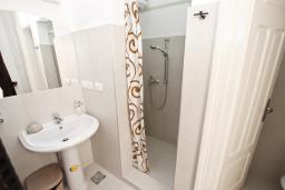 Ванная комната. Черногория, Бар : Уютная комната для 2-3 человек, с общим балконом с видом на море, возле пляжа