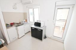 Кухня. Черногория, Герцег-Нови : Апартамент с отдельной спальней, с балконом с видом на море, 20 метров до пляжа