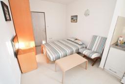 Гостиная. Черногория, Герцег-Нови : Апартамент с отдельной спальней, с балконом с видом на море, 20 метров до пляжа
