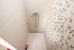 Ванная комната. Черногория, Герцег-Нови : Апартамент с отдельной спальней, с балконом с видом на море, 20 метров до пляжа