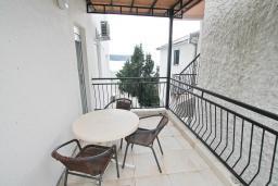 Балкон. Черногория, Герцег-Нови : Апартамент с отдельной спальней, с балконом с видом на море, 20 метров до пляжа