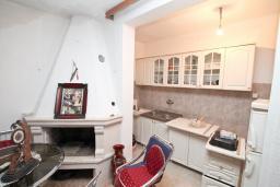 Кухня. Продается 2-х этажный дом в Зеленике. 230м2, с участком 400м2, 5 спален, большая терраса, 200 метров до моря. в Зеленике