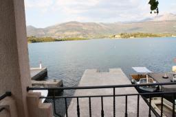 Балкон. Черногория, Обала Джурашевича : Дом в Обала Джурашевича с гостиной, с 5 спальнями, с 4 ванными комнатами, с большой террасой с шикарным видом на море, с местом для барбекю, возле пляжа