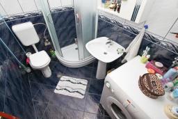 Ванная комната. Продается квартира в Каваце. 72м2, гостиная, 2 спальни, 2 балкона, 2.5 км до моря, цена - 75'000 Евро. в Каваче