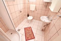 Ванная комната 2. Продается квартира в Прчань. 76м2, гостиная, 2 спальни, балкон с шикарным видом на море, 50 метров до моря, цена - 98'000 Евро. в Прчани